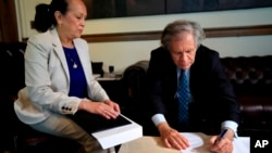 La embajadora de Venezuela ante la Organización de Estados Americanos, Carmen Velásquez, entregó una carta formal a Almagro notificando la intención de su país de retirarse de la OEA.