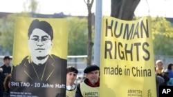 Piştevanên Amnesty International li Hannover, Almanya di xwepêşandaneke dijî Çînê de Nîsan April 22, 2012