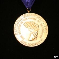 民主服务奖章