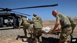 아프가니스탄에 파병된 그루지야 군인들이 부상한 아프간 군인을 병원으로 후송하기 위해 블랙호크 헬기에 태우고 있다. (자료사진)