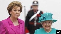 매리 매칼리스 아일랜드 대통령의 영접을 받는 엘리자베스 여왕 (우)