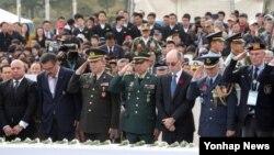 11일 오전 11시 한국과 21개 6·25 전쟁 참전국에서 부산시 남구의 유엔기념공원을 향해 묵념하고 전물 장병들의 희생을 기렸다.