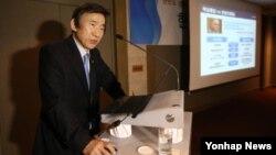 윤병세 한국 외교부 장관이 28일 서울에서 열린 한반도경제포럼에서 한반도 정세와 평화해법 모색을 주제로 강연을 하고 있다.