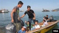 Para pekerja gelap di Malaysia sering menggunakan kapal seadanya untuk keluar-masuk Malaysia (foto: ilustrasi).