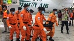Tiga korban meninggal dunia jatuhnya pesawat PK OTW milik Rimbun Abadi Air tiba di Bandara Timika, Kamis (16/9/2021) pukul 08.30 WIT. (Twitter/@SAR_NASIONAL)