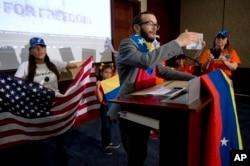 En esta foto de archivo del 9 de mayo de 2014, Gabriel Jiménez se dirige a venezolano-estadounidenses en el Capitolio, en Washington, durante un evento para presionar al gobierno de Barack Obama para que aplique sanciones al régimen del presidente de Venezuela, Nicolás Maduro.