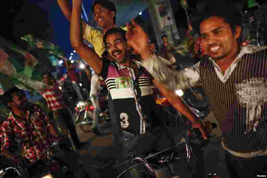 مسلم لیگ ن مرکز میں واضح برتری حاصل کررہی ہے جب کہ تحریک انصاف نے خیبر پختونخواہ میں کامیابیوں کے جھنڈے گاڑے ہیں۔