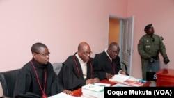 David Mendes (no centro) com equipa de advogados de defesa, Tribunal Provincial do Huambo, Angola