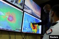ບັນດາສະມາຊິກ ຂອງຄະນະກຳມະການ ປະຕິບັດການ ສຸກເສີນ ຫຼື Emergency Operations Committee (COE) ກຳລັງຕິດຕາມເບິ່ງ ທິດທາງ ຂອງພາຍຸເຮີຣິເຄນ ມາເຣຍ ໃນນະຄອນ Santo Domingo ຂອງສາທາລະນະລັດ Dominican, ວັນທີ 19 ກັນຍາ 2017.
