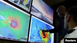 Les météorologistes surveillent l'ouragan Maria arrivant sur La Dominique, le 19 septembre 2017.