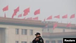 一名中国武警士兵在即将召开两会的北京人大会堂附近执勤。(2019年3月1日)