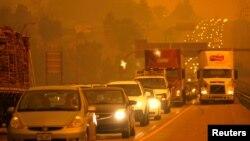 Khói từ đám cháy Canyon Waldo bao phủ 1 đường cao tốc ở Colorado
