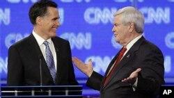 ທ່ານ Mitt Romney ອະດີດຜູ້ປົກຄອງລັດ Massachusetts ແລະທ່ານ Newt Gingrich ອະດີດປະທານສະພາຕໍ່າສະຫະລັດ ໂອ້ລົມກັນ ໃນລະຫວ່າງຢຸດພັກການໂຕ້ວາທີ ຂອງພັກ Republican ທີ່ລັດ ຟລໍຣີດາ, ວັນທີ 27 ມັງກອນ 2012.