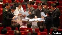 Các quan chức đếm phiếu trong phiên bầu chọn tại Đại hội đảng lần thứ 11 ngày 17/1/2011.