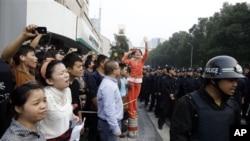 10月28日宁波市政府外面的示威群众和警察