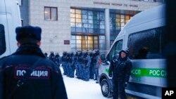 12 Şubat 2021 - Rus muhalif siyasetçi Alexei Navalny'nin Moskova'daki duruşmasının yapıldığı mahkeme binası önünde sıkı güvenlik önlemleri alındı