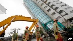台灣救援人員2月7日在傾斜的公寓樓繼續搜尋倖存者。