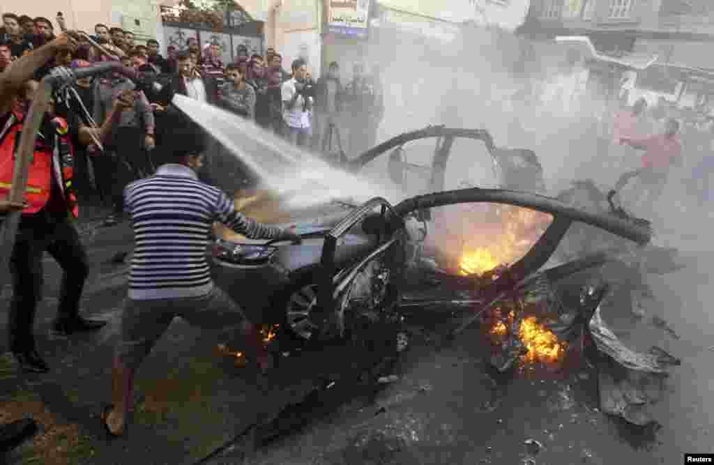 이스라엘의 공습으로 불타는 차량. 이 차량에는 하마스의 군 최고사령관 아흐마드 알 자바리가 탑승하고 있었고 현장에서 사망했다.
