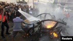 Palestinyen kap touye yon dife ki pran aprè yon atak avyasyon militè Izrayèl lanse sou Gaza