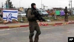 Polisi Israel siaga di dekat permukiman Yahudi di Tepi Barat (foto: dok).