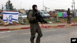Tentara Israel berdiri di dekat lokasi penikaman di Gush Etzion, Tepi Barat, 1 Desember 2015 (Foto: dok).