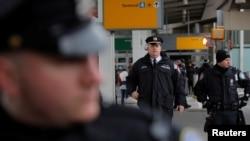 Des policiers patrouillent pendant une manifestation contre le décret anti-immigration à l'aéroport John F. Kennedy à New York, le 28 janvier 2017.