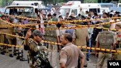 Tras el ataque la policía de India creó un cordón de seguridad para proteger a las víctimas y facilitar el trabajo de los rescatistas.
