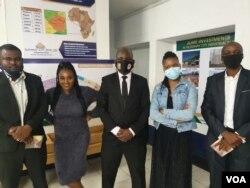 UMeya wedolobho lakoBulawayo, uMnu. Solomon Mguni, lezinye iziphathamandla zekhansili, zibukele uNkwali esethula idlalade elitsha. (PHOTO: Ezra Tshisa Sibanda)
