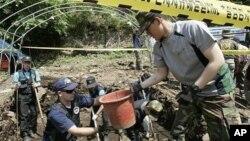 2009년 한국에서 미군 유해 발굴 작업 중인 미 합동전쟁포로실종자사령부 요원들. (자료사진)