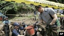 지난 2009년 5월 한국 화천에서 6.25 미군 유해 발굴 작업 중인 미군 합동전쟁포로실종자사령부와 한국군 요원들.