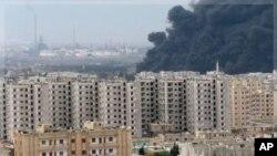 位於敘利亞霍姆斯市的這家煉油廠(在後面)星期四冒出濃煙