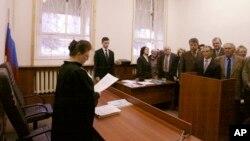 Свидетели Иеговы слушают приговор судьи в зале суда в Москве