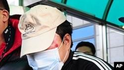 韩国警察在逮捕一名中国的船长之后12月12日将他带往仁川海洋警察署