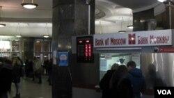 2014年12月16日莫斯科地铁站中的一个换汇点。(美国之音白桦拍摄)