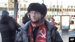 """3月10日莫斯科反政府示威中一名被取缔""""民族布尔什维克""""组织支持者。手中标语大意是:反对普京政治迫害,反对在俄罗斯内务部中设立针对异议人士的""""打击极端势力中心"""""""