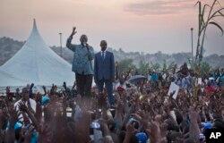 ຜູ້ນຳຝ່າຍຄ້ານ ທ່ານ Kizza Besigye, ກາງຊ້າຍມື ກ່າວຕໍ່ບັນດາຜູງຊົນ.