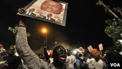 Para pendukung oposisi Senegal merayakan kemenangan kandidat mereka,Macky Sall, di Dakar (25/3).