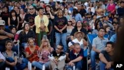 Personas asisten a una vigilia por las víctimas del tiroteo masivo del sábado en un mercado Walmart, el domingo 4 de agosto de 2019 en El Paso, Texas.
