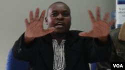 UMnu. Marufu Mandewere umele abantu bedolobho leChitingwiza abadilizelwa imizi yabo yikhansili.