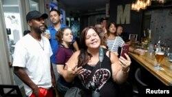活动人士在佛罗里达州一间餐馆举行无口罩聚会抗议政府强制性戴口罩规定(路透社2020年7月11日)