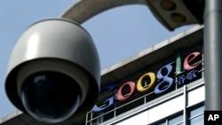 Sebuah kamera pengawas di depan kantor pusat Google, China, di Beijing.