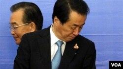 PM Jepang Naoto Kan (depan) dan PM Tiongkok Wen Jiabao akhirnya bertemu di Hanoi hari ini, 30 Oktober 2010.