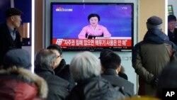 北韓人民一起觀看氫彈試驗宣佈的電視節目(2016年1月6日)