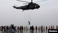 Tim SAR Pakistan mengangkut korban tenggelam di lepas pantai Karachi dengan helikopter (31/7).