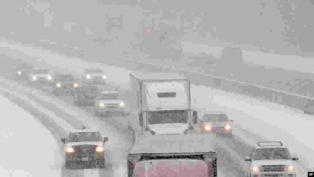 Beaucoup de gens empruntent les autoroutes après avoir quitté leurs bureaux alors que la neige commence à tomber, à Ashland, en Virginie, 22 janvier 2016. Le Nord-Est des Etats-Unis est sous alerte d'un blizzard.