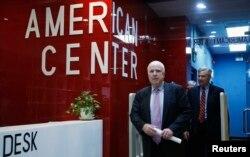 Thượng nghị sĩ McCain và thượng nghị sĩ bang Rhode Island rời buổi họp báo tại Trung tâm Hoa Kỳ ở Hà Nội, 8/8/2014.