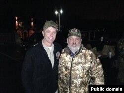 联邦众议员、代表维吉尼亚第一选区的共和党众议员魏特曼(Rep. Robert J. Wittman,左)和当地一位选民在一起(2014年,美国众议院网站)
