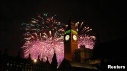 កាំជ្រួចផ្ទុះនៅខាងក្រោយអគារសភា និងនាឡិកាដ៏ធំឈ្មោះ Big Ben ដែលការបាញ់កាំជ្រួចនោះសិ្ថតនៅលើទន្លេ River Thames កំឡុងការប្រារព្ធពិធីបុណ្យចូលឆ្នាំថ្មីនៅក្នុងទីក្រុងឡុងដ៏ កាលពីថ្ងៃទី១ ខែមករា ឆ្នាំ២០១៥។