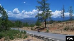 Kawasan hutan pegunungan tengah provinsi Aceh salah satu wilayah rawan kebakaran akibat kemarau panjang. (VOA/Budi Nahaba)