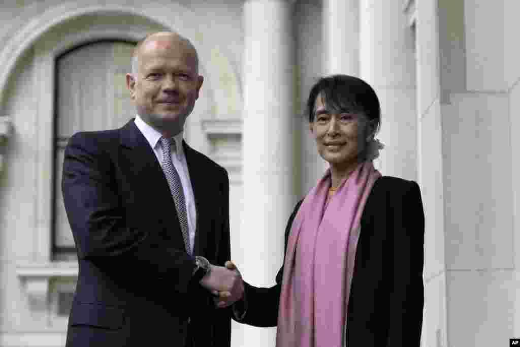 Aung San Suu Kyi bertemu dengan Menteri Luar Negeri Inggris William Hague di London, Kamis (21/6).